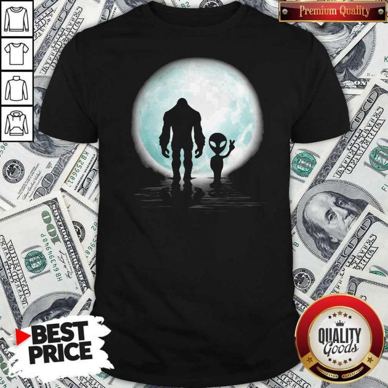 Awesome Bigfoot And Alier The Moon Shirt
