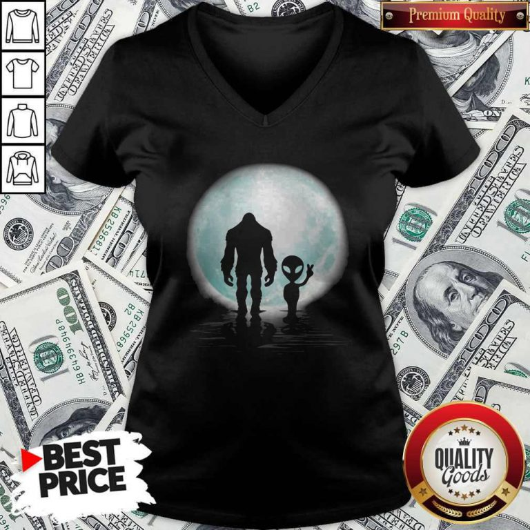 Awesome Bigfoot And Alier The Moon V-neck